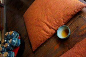縁側でお茶を飲んでる風景